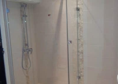 paroi , cabine de douche dans d'angle à Montpellier dans l'Hérault - Miroiterie singulière