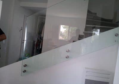 Garde-corps en verre posé avec fixation point