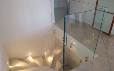 Modernisation d'une cage d'escalier avec rambarde en verre