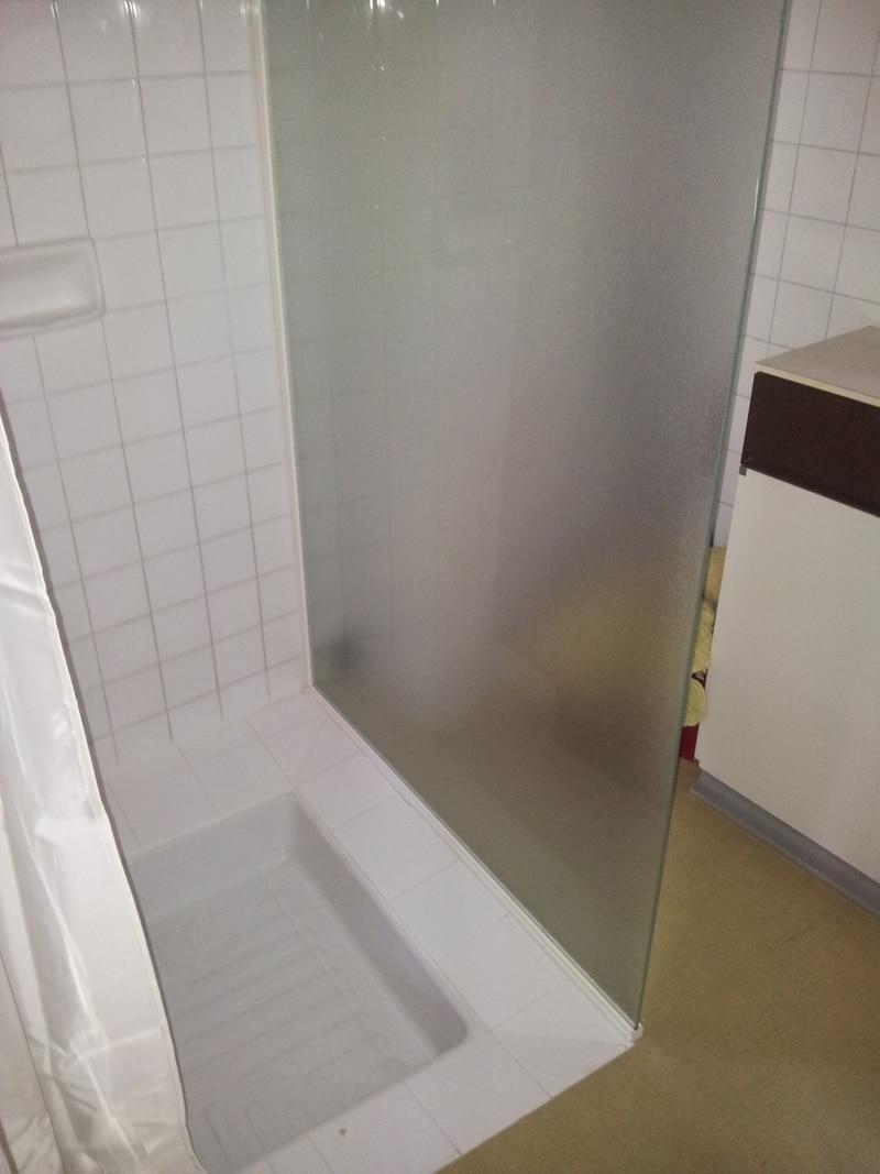 Paroi de douche sous pente porte de douche sur mesure for Installer une porte de douche