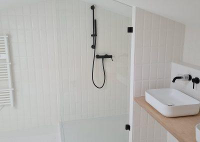pose d'une paroi de douche minimaliste en verre dans appartement à sète